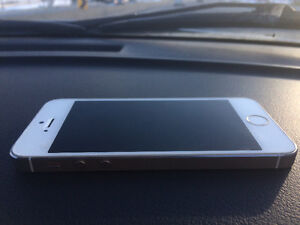 Like New - iPhone 5s - silver 16gb koodo - gold 32gb Bell