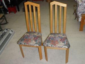 Chaises en frêne / Solid hardwood chairs / $15 pour les 2