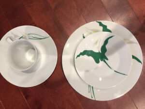 32 pices  for 25 $ dining plate brand new not open