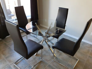 Round Glass Dining Room Table with Four Chairs Mint Condition