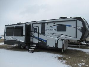 2019 AVALANCHE 300RE Luxury Fifth Wheel