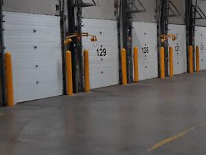 Porte de garage et quai de chargement.