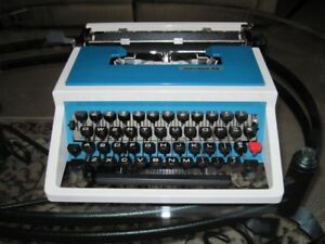 UNDERWOOD PORTABLE TYPWRITER - REAL CHEAP