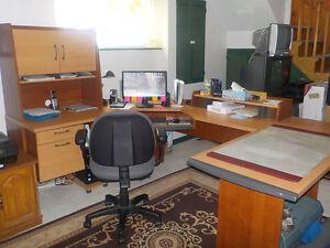 Bureau d'ordinateur en coin