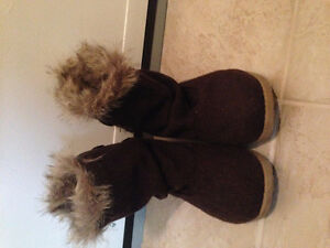 WOMENS WINTER BOOTS MADE BY ROXY IN EXCELLENT SHAPE SIZE 6