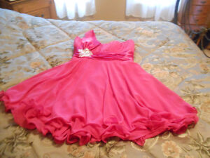 Très jolie robe de demoiselle d'honneur Fuschia!