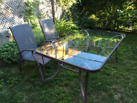 Table de patio en vitre 6 places + 2 chaises
