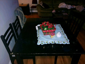 Table dinning dinning table un good condition in good condition.
