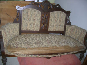 BEAUTIFUL EASTLAKE SETTEE WITH CARVED TULIPS