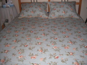 Reversible duvet cover and matching shams