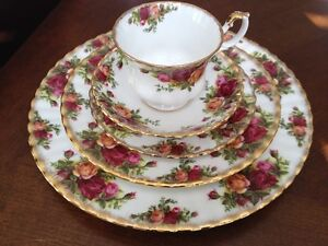 SET DE VAISSELLE ROYAL ALBERT OLD COUNTRY ROSES ENGLAND