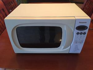 Four à micro-ondes Panasonic modèle NN-MX25WF