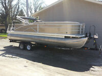 2013 Sweetwater Tritoon 220 w/wetbar and 130 Evinrude Etech