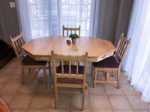 Table de cuisine en chene massive avec rallonge et 4 chaises Dim