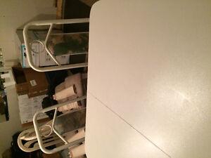 Table blanche avec 4 chaises Gatineau Ottawa / Gatineau Area image 2