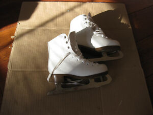 girl's firgure skates sze 1 and 13 good condition clean Kitchener / Waterloo Kitchener Area image 5