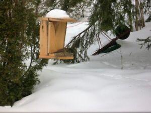 Cabane à oiseaux faite à la main en cèdre