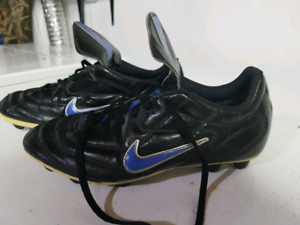 nike outdoor cleats. youth 4 or womens 7.5