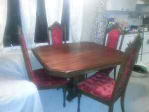 Antique dining table with four chairs 400$
