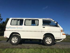 White Mitsubishi Delica Star Wagon '98 - $10,000