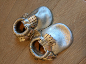 Baby moccasins (mocs) Freshly Picked, infant toque, baby boots