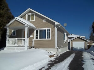 WOW >> IMMACULATE 3-BEDROOM WITH HEATED GARAGE/WORKSHOP