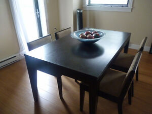 Dining Table Set with 4 Chairs - in Great Condition!