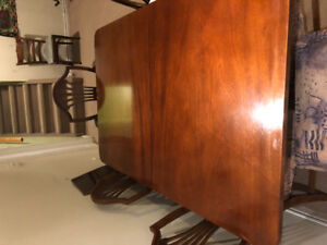 Antique mahogany table & 6 chairs.