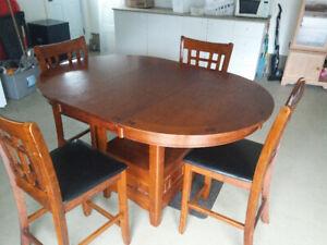Table comptoir avec 4 chaises.