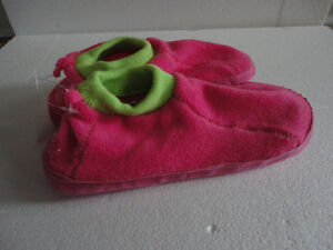 Brand new with tags kid's fleece slippers shoes size 3-4 Pink London Ontario image 1
