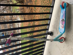 Kids frozen scooter great condition with lights  used 2 times .