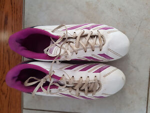 Girls/Womens Size 7 Soccer Shoes