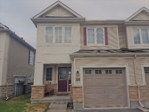 Executive Townhome - End Unit - 15 mins from Downtown Ottawa