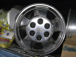 gm tahoe 16 inch x 7 inch aluminum rims with center caps 6-5 1/2 Kingston Kingston Area image 3