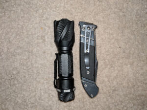 SOG Fielder G10 Grips comes with flashlight