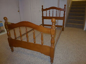 Single bed in solid maple