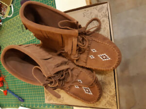 Ladies Manitobah Mukluks Copper Size 10