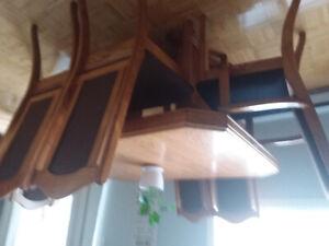 Table  chaises et buffet salle a manger en bois