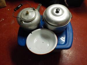 vieille bouilloire ,chaudron, cuvette  et lampe à l'huile