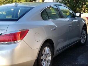 Buick Lacrosse 2010 gris argent très propre