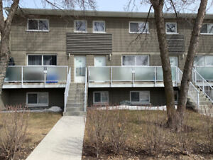 """Crestview"" Immac. 782 sq.ft. 2 Br 2 Storey ONLY $189,900 !!"