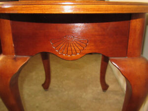 Beautiful Oval Accent Table, Queen Anne Style