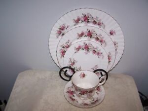 5 PIECE PLACE SETTING OF ROYAL ALBERT LAVENDER ROSE BONE CHINA