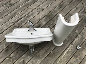 Pedestal Bathroom Sink /w Moen Faucet (Works)