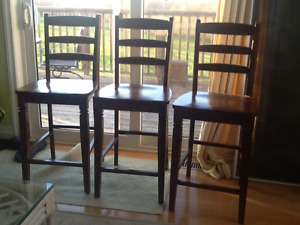 4 like new chairs  suitable for kitchen island