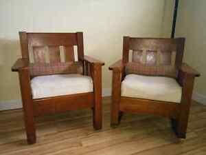 2 chaises antiques dont 1 berçante