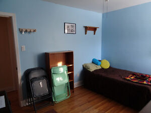 large main floor furnished room available january 1st Peterborough Peterborough Area image 1