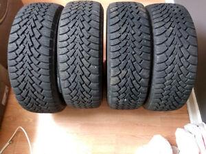 4 pneus d'hiver presque neufs