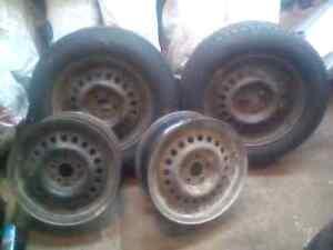 2 pneus d'hiver 195/65/R15 avec 4 roues d'acier 15 pouces 5x100