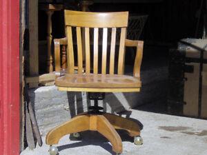 Belles chaises sur roulettes